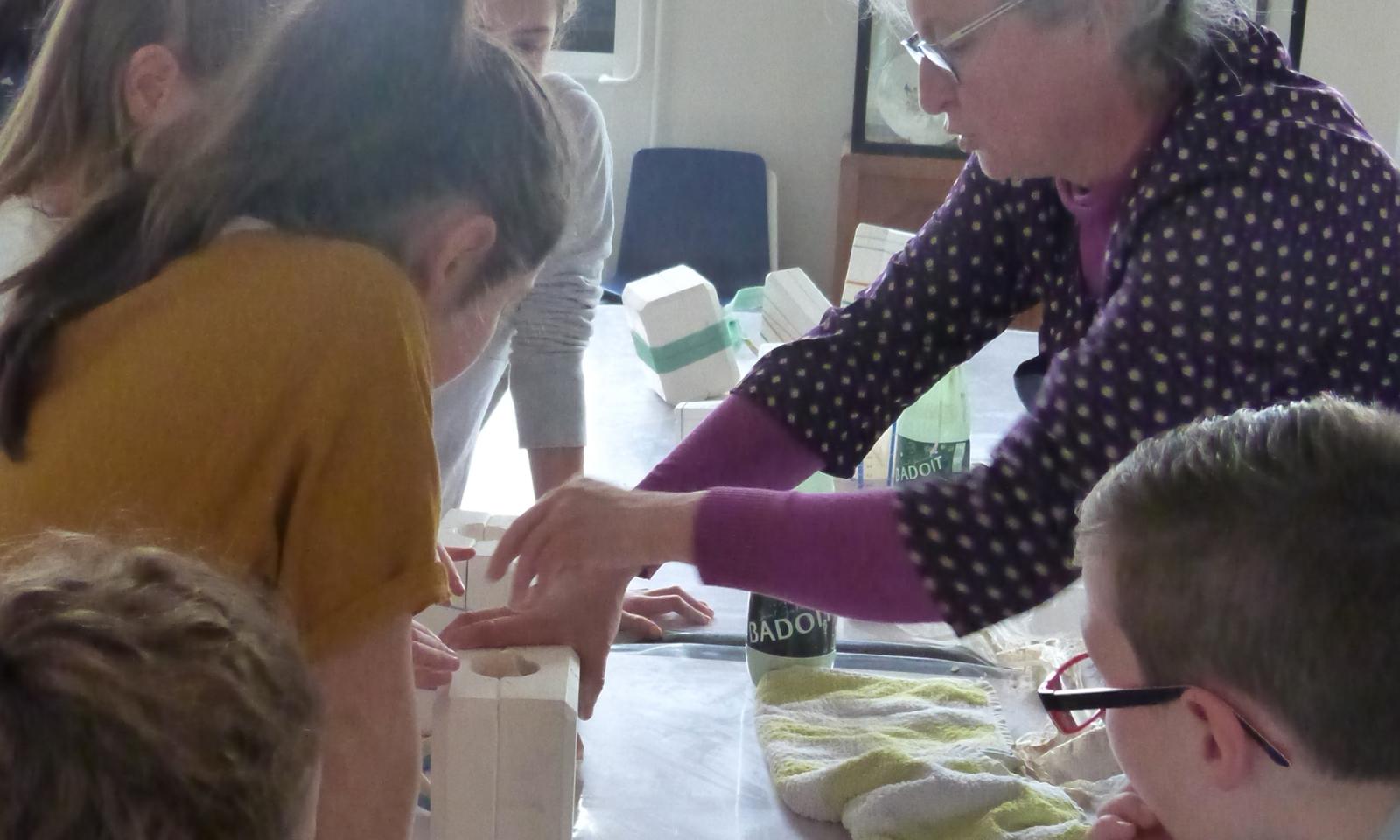 """Vue de l'atelier """"Je coule mon vase en porcelaine"""" avec l'artiste Anne"""