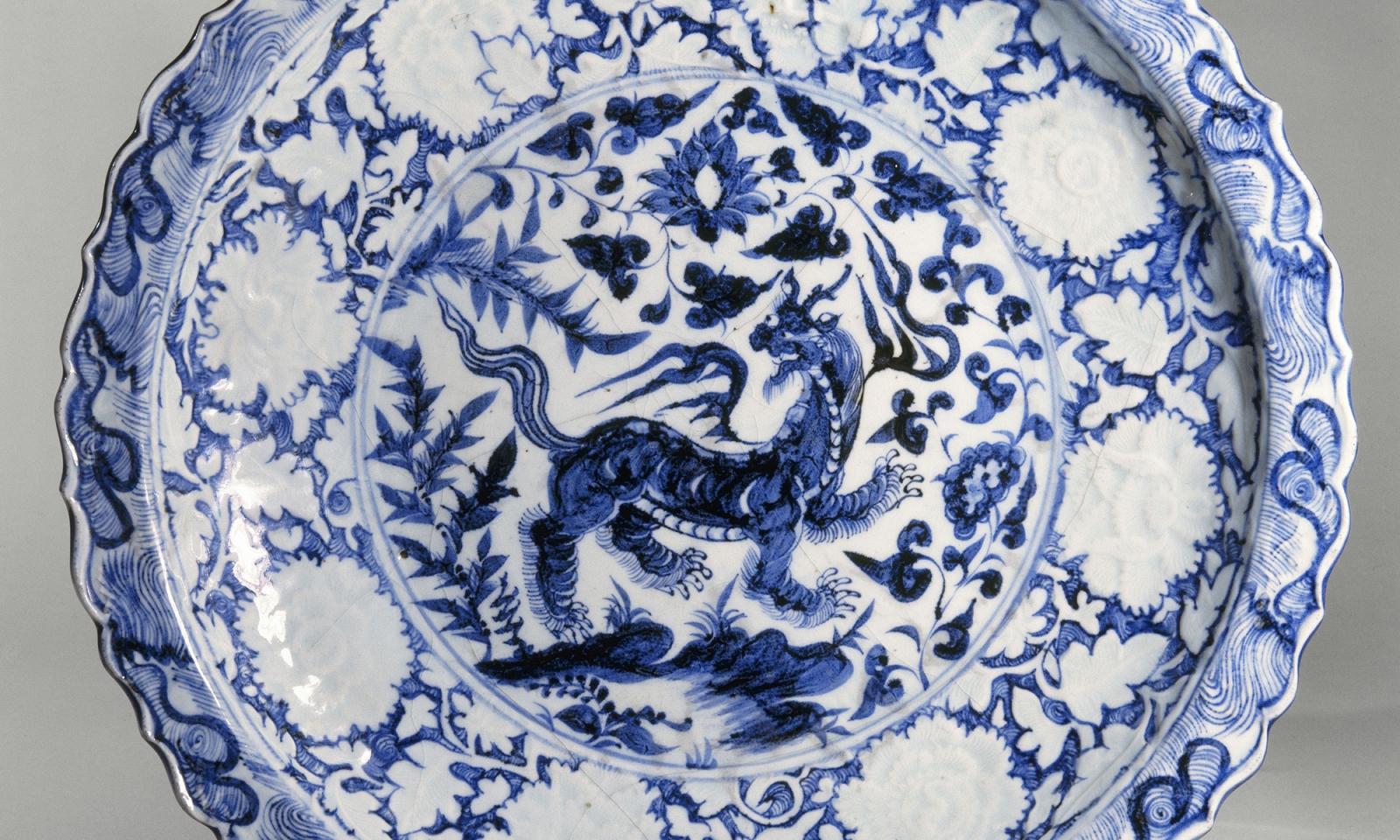 """Plat au """" baizi """" à décor bleu et blanc. Porcelaine dure, décor sous ém"""