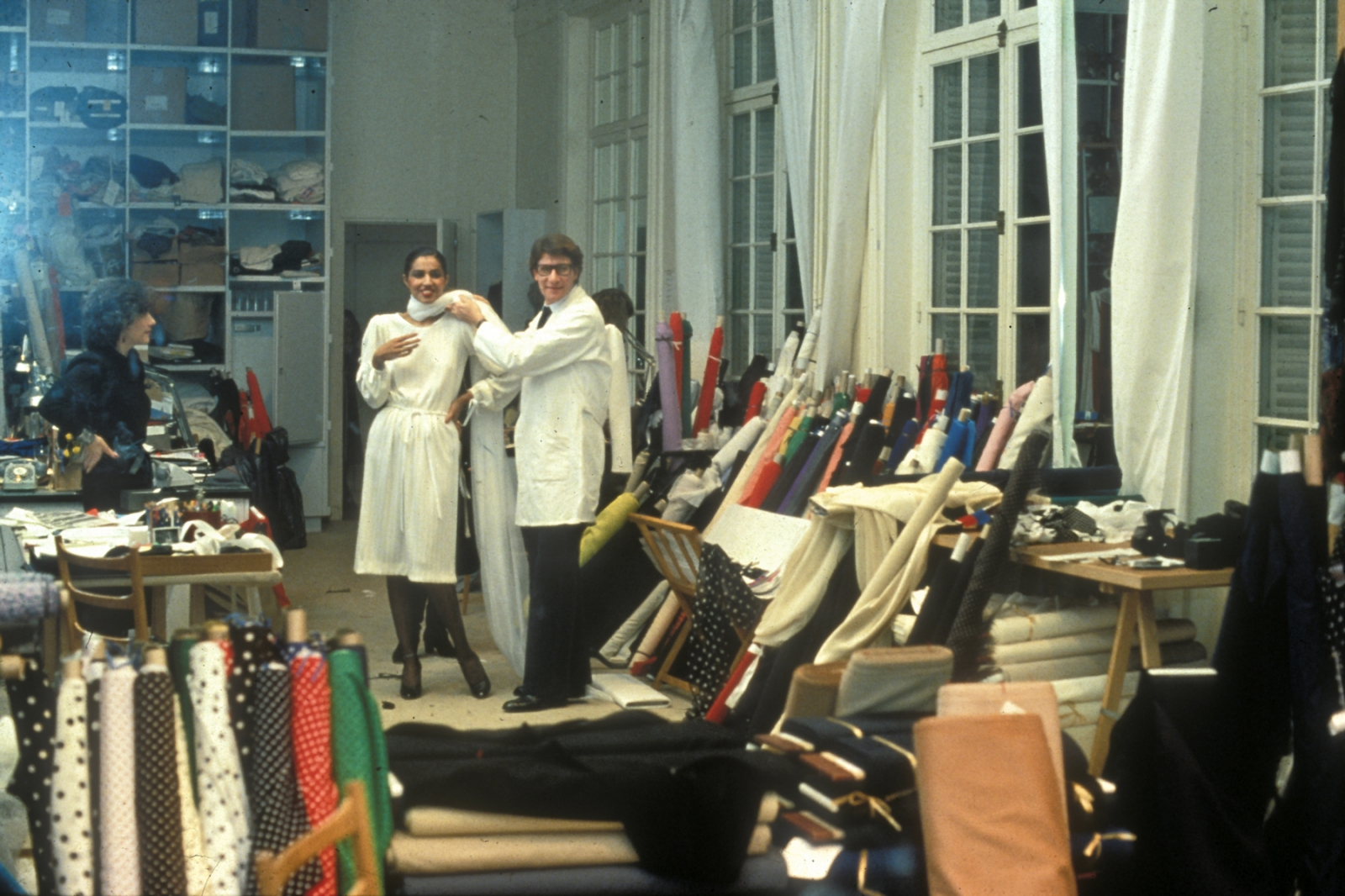 Kirat Young et Yves Saint Laurent dans le studio du couturier, 1983