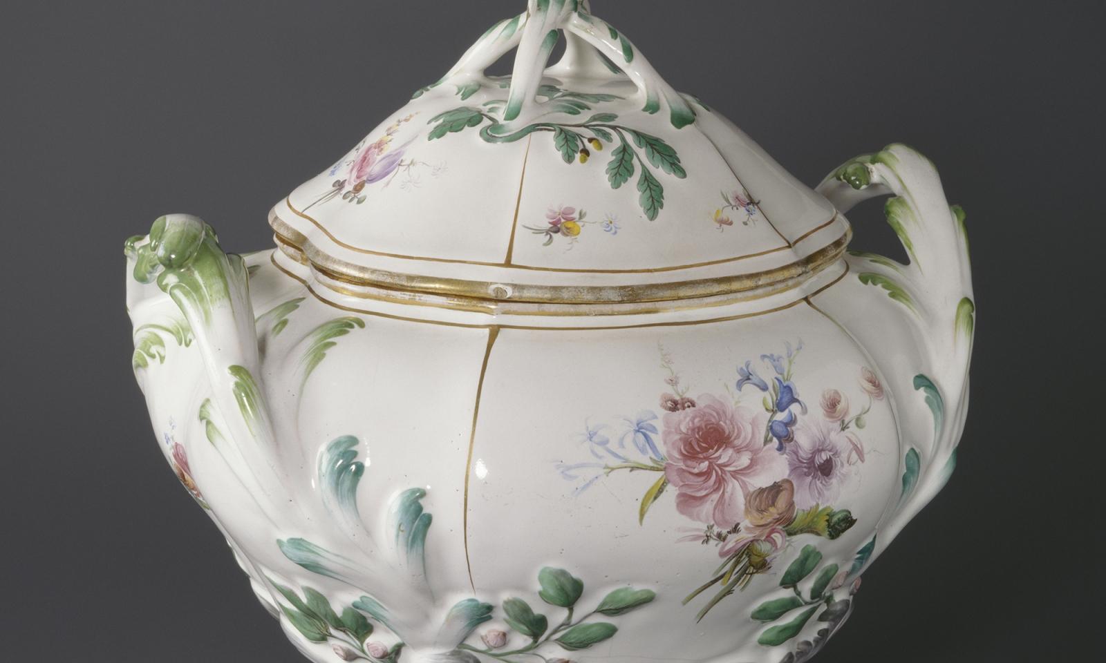 Pot à oille à décor de fleurs fines, Faïence stannifère, décor de petit