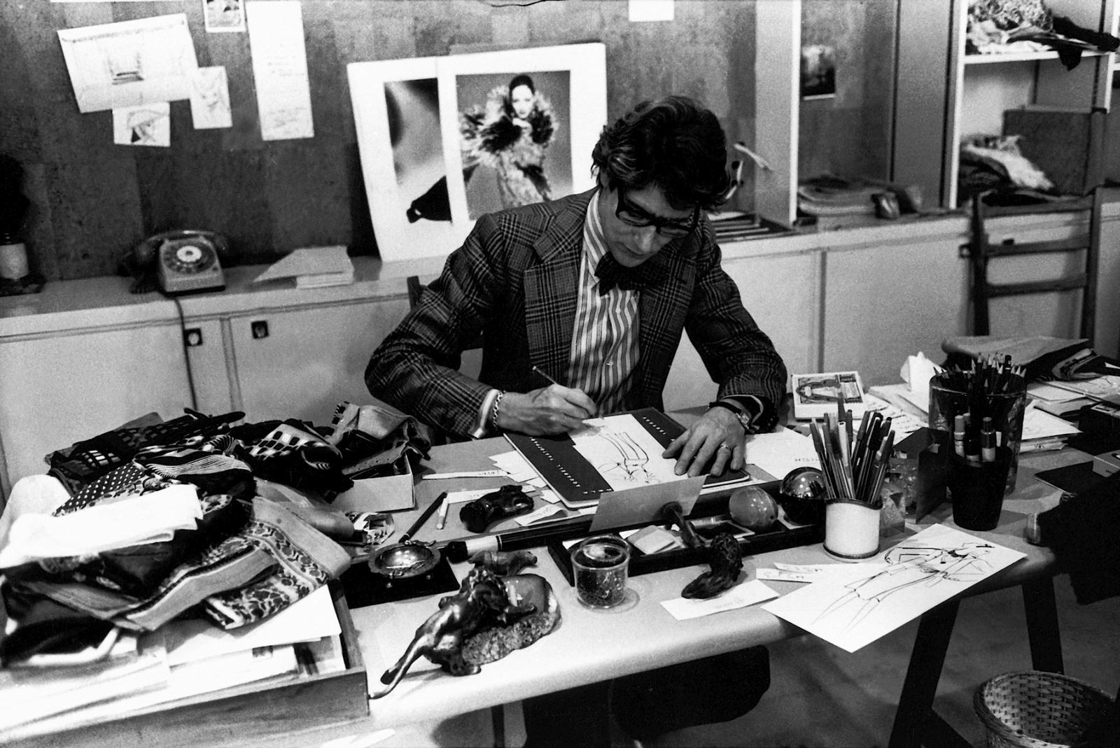 Yves Saint Laurent à son bureau, studio du 5 avenue Marceau, Paris, 197
